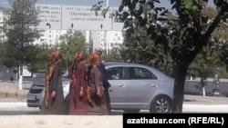 В Туркменистане вопреки законам действуют негласные ограничения для женщин на свободу передвижение, одежду и вождение машин