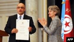 UNESCO-nun baş katibi İrina Bokova Eynulla Fətullayevə Dünya Mətbuat Azadlığı mükafatını təqdim edir. 2013-cü il, may