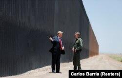 Trump gjatë vizitës së gardhit të metaltë të vendosur përgjatë kufirit me Meksikën. Ndërtimi i këtij muri, ka qenë një prej premtimeve kryesore gjatë fushatës presidenciale të vitit 2016.