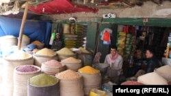 یک دکاندار در مندوی کابل