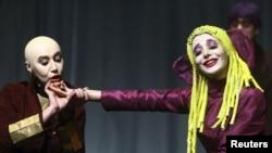 نمایی از نمایش هدا گابلر که سال گذشته در ایران جنجال بسیار به پا کرد