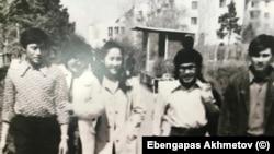 Целиноградские студенты 80-х годов ХХ века. Фото из личного архива Эбенгаппаса Ахметова.