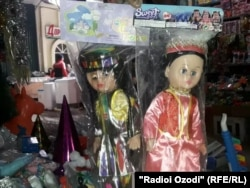 Dolls in traditional Tajik national dress (file photo)