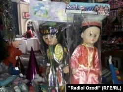 Dolls in traditional Tajik national dress (file photo)