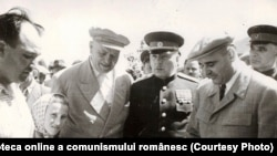 """Dej, Petru Groza, K.E. Vorșilov în vizită la GAC """"Drumul lui Lenin"""", Livedea, reg. Bucureşti. (24.08.1951) Fototeca online a comunismului românesc, cota:94/1951"""