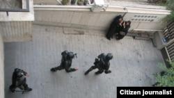 نمایی از ورود نیروهای امنیتی به منزلی در تهران.