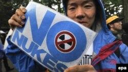 Демонстрант го прославува исклучувањето на сите нуклеарки во Јапонија на 6 мај во Токио.
