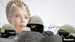 Тимошенконың суреті алдында тұрған шерушілер. Киев, 8 ақпан 2014 жыл.