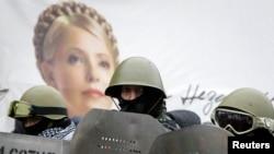 Участники киевского Майджана на фоне портрета Юлии Тимошенко (февраль 2014 года)