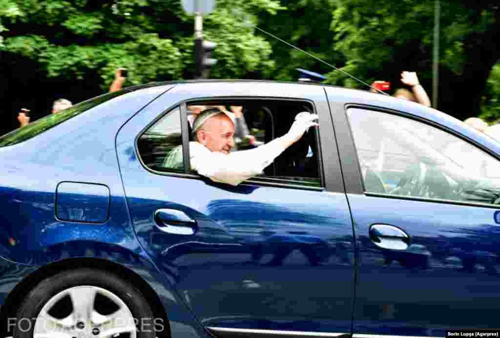 Papa a plecat de la aeroport în direcția Palatului Cotroceni, într-o mașină Dacia Logan albastră.