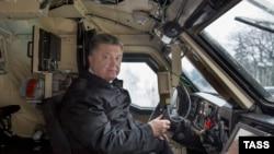 Президент України Петро Порошенко оглядає бойову броньовану машину «Дозор-Б» українського виробництва