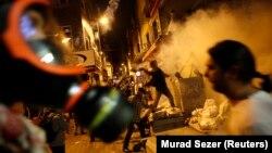 Թուրքիա - Ցուցարարների եւ ոստիկանության միջեւ բախումները Ստամբուլում վարչապետի գրասենյակի դիմաց, 2-ը հունիսի, 2013թ.