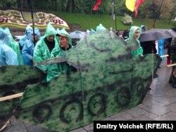 Картонные танки под дождем