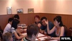 Члены комиссии по борьбе с произволом в судебных и силовых органах обсуждают уголовные дела. Талдыкорган, июль 2009 года.
