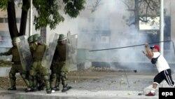 Известие о смерти престарелого генерала вывело на улицы Сантьяго его поклонников и оппонентов
