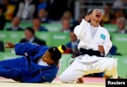 Қазақстандық дзюдошы Галбадрах Отгонцэцэгтің (оң жақта) қола медаль үшін жекпе-жекте кубалық Дайарис Альваресті жеңген сәті. 6 тамыз 2016 жыл.