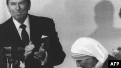 Presidenti amerikan, Ronald Reagan duartroket derisa i dorëzon medalen e Lirisë, Nënës Terezë në Washington, 20 qershor 1985