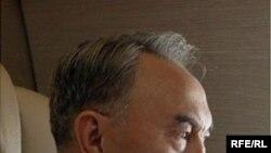 Джонатан Айткеннің «Назарбаев және Қазақстанның жаратылуы: коммунизмнен капитализмге қарай» атты кітабының мұқабасы.