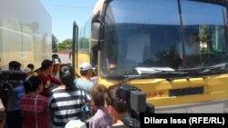 Люди садятся в автобус. Сарыагаш, 2 июля 2016 года.