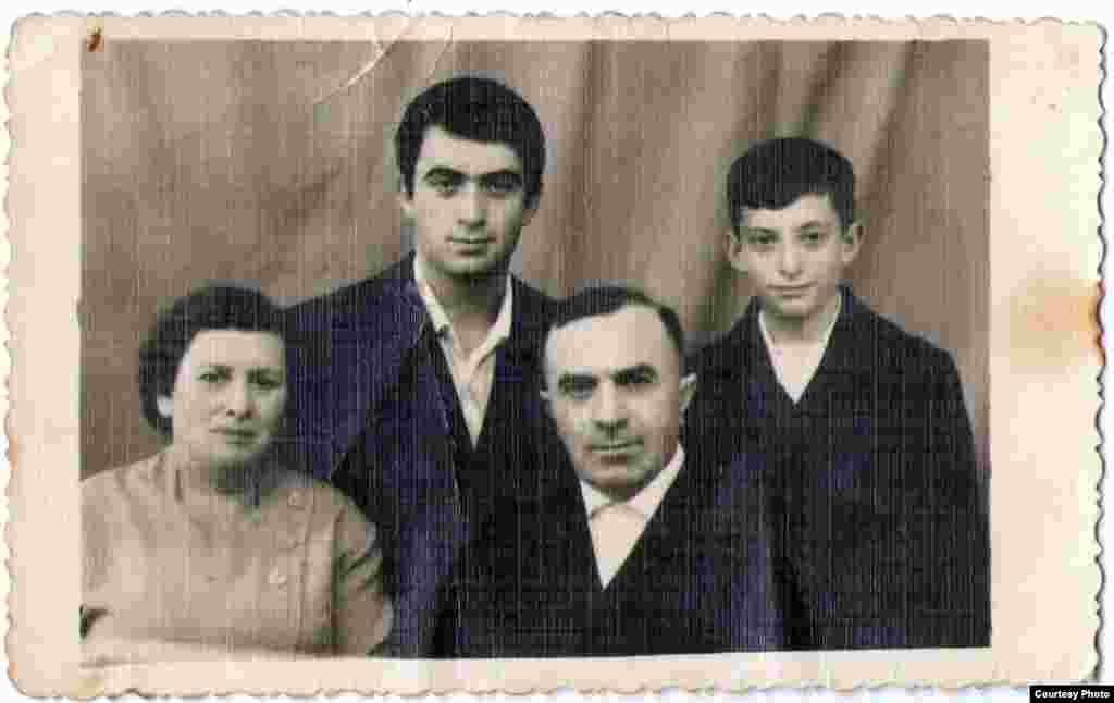 Leon Akkerman în timpul studenției alături de fratele său Efim. Edineț, 1965