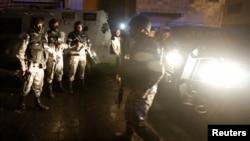 Иорданские полицейские в районе замка в Караке, где произошло вооруженное нападение, 18 декабря 2016 года.