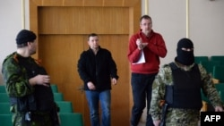 EHHG-nyň harby derňew topary tussag astynda, Slowýansk, 27-nji aprel, 2014.