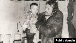 Мустафа Джемилев с сыном. Якутия, февраль 1982