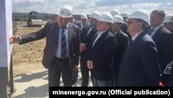 Андрей Черезов (ц) инспектирует строительство Севастопольской ТЭС. Архивное фото