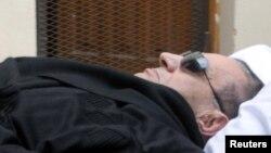 Египеттің бұрынғы президенті Хосни Мүбәрәкты Каир сотына зембілге салып әкелді. Каир, 5 қаңтар 2012 жыл.