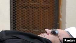 حسنی مبارک با عینک سیاه آفتابی در دادگاه