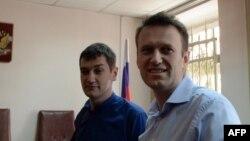 Ресейлік оппозиционер Алексей Навальный (оң жақта) мен оның інісі Олег Навальный сот залында. Мәскеу, 24 сәуір 2014 жыл.