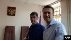 Российский оппозиционер и борец с коррупцией Алексей Навальный и его брат Олег в зале суда. Москва, 24 апреля 2014 года.