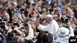 Папа Римский Франциск привествует собравшихся на площади Святого Петра в Ватикане, 1 апреля 2018 год