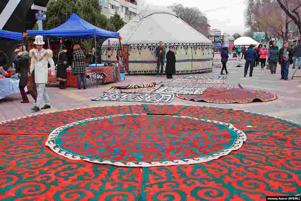Кыргызские шырдаки (ковровые изделия из войлока) различного предназначения были разложены прямо под ногами. Шырдаки являются одними из самых сложных по технике изготовления изделий из войлока.