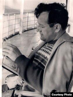 Алесь Адамовіч пад час творчай камандзіроўкі ў Сібір. 1971 г. З асабістага фонду А. Адамовіча ў БДАМЛМ