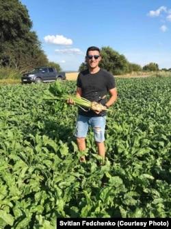 Світлан Федченко із цукровим буряком на полі у Красилові Хмельницької області