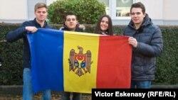 Tineri din Germania veniți să voteze la Frankfurt