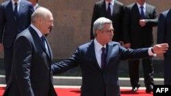 Белорускиот претседател Александар Лукашенко со неговиот ерменски колега Серж Саркисјан