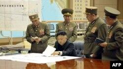 Лідер КНДР Кім Чен Ин аналізує військові приготування з членами верховного командування країни, 29 березня 2013 року
