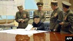 Հյուսիսային Կորեայի առաջնորդ Քիմ Յոնգ Ունը խորհրդակցություն է անցկացնում բարձրաստիճան զինվորականների հետ, մարտ, 2013թ.
