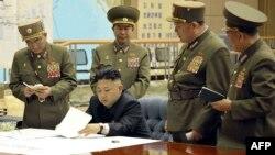 Төньяк Корея башлыгы Ким Чен Ын хәрби җитәкчелек белән