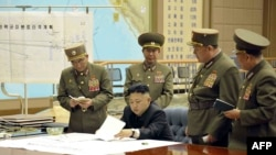 Түндүк Корея лидери Ким Чен Ын аскерий колбашчылар менен. 29-март, 2013-жыл.