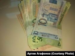 """На этом фото, по словам Артема Агафонова, месячная зарплата всех авторов сайта """"Политринг"""""""