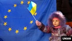 Юна учасниця Революції гідності, яку взяли з собою на акцію протесту дорослі. Мітинг в Ужгороді, 8 грудня 2013 року