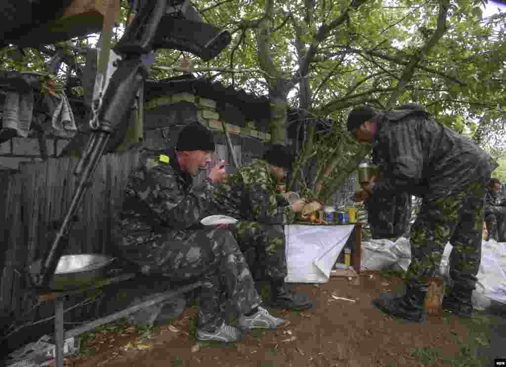 Сніданок на українському КПП біля Артемівська, 24 вересня 2014 року