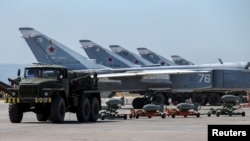 Военная техника на используемой российской армией авиабазе Хмеймим в сирийской провинции Латакия. 18 июня 2017 года.