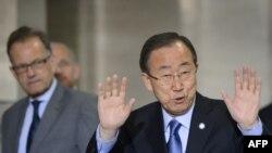 Michael Moller (majtas) së bashku me sekretarin e përgjithshëm të OKB-së Ban Ki-moon