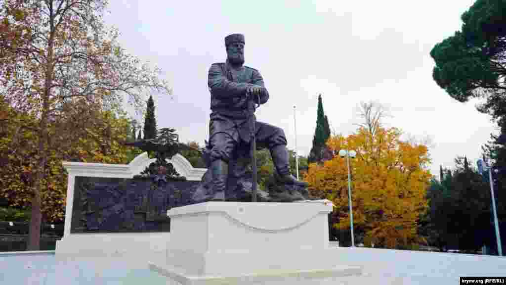 Пам'ятник царю Олександру III в парку перед Лівадійським палацом