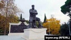 Пам'ятник російському імператорові Олександру III в парку перед Лівадійським палацом. Ялта, листопад 2017 року