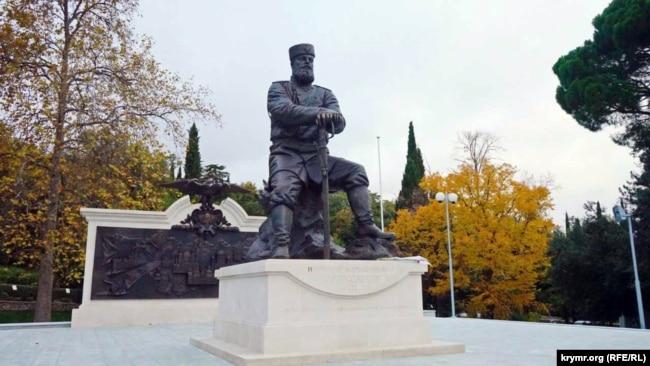 Памятник российскому императору Александру III в парке перед Ливадийским дворцом. Ялта, ноябрь 2017 года